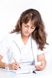 Doktorn skriver ett recept för patienten Royaltyfri Bild