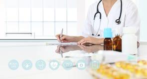 Doktorn skriver receptet i medicinskt kontor med droger Royaltyfria Foton