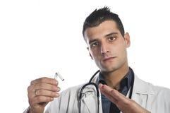 Doktorn som bryter en cigarett royaltyfria bilder