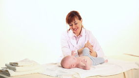 Doktorn som gör massagepojken, behandla som ett barn i sjukhus lager videofilmer