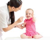 Doktorn som ger medicin till, behandla som ett barn flickan Royaltyfri Fotografi