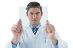 Doktorn som låtsar för att vara, undersöker röntgenstrålen Royaltyfri Fotografi