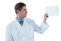 Doktorn som låtsar för att vara, undersöker röntgenstrålen Arkivbild