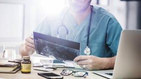 Doktorn som ser röntgenstrålar arkivfoton