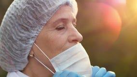 Doktorn tar av en kirurgisk maskering och suckar stock video