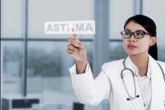 Doktorn trycker på ett ord av astma Arkivbild