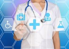 Doktorn trycker på på en digital skärm med symbolsmedicin Royaltyfria Bilder