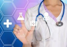 Doktorn trycker på på en digital skärm med symbolsmedicin Royaltyfri Fotografi
