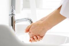 Doktorn tvättar hans händer fotografering för bildbyråer