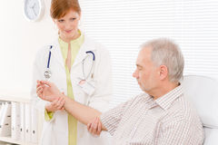 doktorn undersöker läkaren för kvinnligkontorstålmodign Fotografering för Bildbyråer