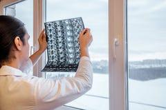 Doktorn undersöker resultat av kopiering för magnetisk resonans MRI av höftleden Selektivt fokusera royaltyfria bilder