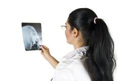 doktorn undersöker strålen x Arkivfoton