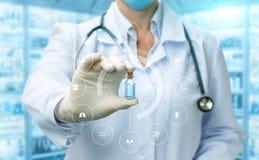 Doktorn visar ett rör av vaccinen Fotografering för Bildbyråer