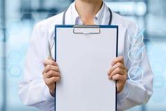 Doktorn visar kontrolllistan fotografering för bildbyråer