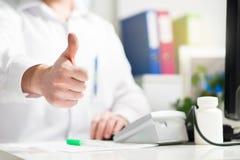 Doktorn visar upp tummar Lycklig doc, läkare, sjuksköterska eller läkare arkivbilder