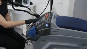 Doktorns f?r sidosikten h?nder i handskar v?nder p? laser-utrustning f?r epilationtillv?gag?ngss?ttet, ultrarapid lager videofilmer