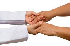 Doktorns hand trycker på och rymmer patientens händer, begreppsportion Royaltyfri Foto