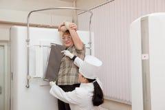 Doktorradiologe bringt Patienten in Position Stockfotografie