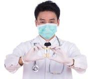 Doktors hand som rymmer en flaska av urinprövkopian Royaltyfri Bild