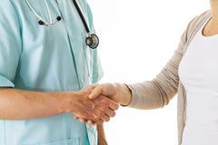 Doktors och patients handskakning Arkivbilder
