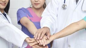 Doktors- och sjuksköterskagruppmöte i sjukhus royaltyfria bilder