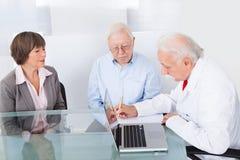 Doktorschreibensverordnung für ältere Paare Stockbilder