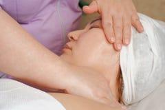 Doktorscosmetologist som gör närbild för massagehalskvinna Ta bort den andra hakan Massagebehandlingar i skönhetsalongen royaltyfri fotografi