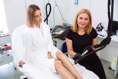 Doktorscosmetologist som gör tillvägagångssätt för hårborttagningscosmetology Cosmetology och SPA begrepp arkivbilder