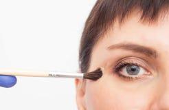 Doktorscosmetologisten gör flickan en kemisk skalning på framsidan för att bli av med ärr och scarring, närbilden, behandlin arkivbilder