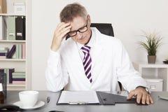 Doktorscy czytanie rejestry Podczas gdy Mieć kawę Obraz Royalty Free