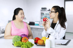 Doktorscy wyjaśnia zdrowi foods dla jej pacjenta Zdjęcia Stock