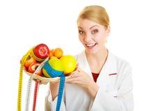 Doktorsdietitian som rekommenderar sund mat. Banta. Arkivfoton