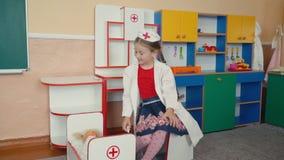 doktorsflicka little som leker arkivfilmer