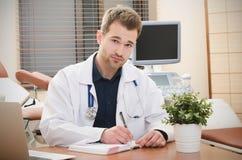 Doktorsgynekolog som i regeringsställning arbetar Royaltyfria Bilder