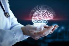 Doktorshanden visar scanningen av hjärnan arkivfoto