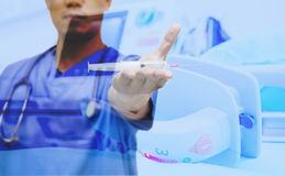Doktorshow, die ausgewählten Fokus der Spritze und des EKG syring ist Lizenzfreie Stockfotografie