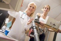 doktorska żeńska monitorowanie pacjenta karuzela Obraz Royalty Free