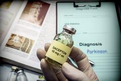 Doktorska chwyt buteleczka dacepton w szpitalu zdjęcia royalty free