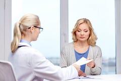 Doktorska daje recepta kobieta przy szpitalem zdjęcia royalty free