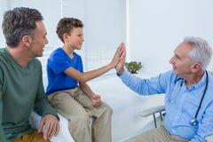 Doktorska daje wysokość pięć pacjent obrazy royalty free