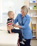 Doktorska egzamininuje chłopiec używa stetoskop Fotografia Royalty Free