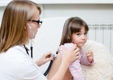 Doktorska egzamininuje dziewczyna z stetoskopem Zdjęcie Royalty Free