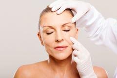 Doktorska egzamininuje skóra zdjęcie royalty free