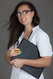 Doktorska kobieta na popielatej tło dziewczyny medycznego personelu serca medycynie Zdjęcia Royalty Free