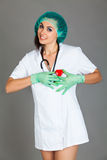 Doktorska kobieta na popielatej tło dziewczyny medycznego personelu serca medycynie Fotografia Royalty Free