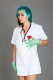 Doktorska kobieta na popielatej tło dziewczyny medycznego personelu serca medycynie Zdjęcia Stock