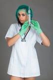 Doktorska kobieta na popielatej tło dziewczyny medycznego personelu serca medycynie Obrazy Royalty Free