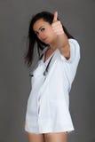 Doktorska kobieta na popielatej tło dziewczyny medycznego personelu serca medycynie Zdjęcie Royalty Free