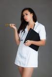 Doktorska kobieta na popielatej tło dziewczyny medycznego personelu serca medycynie Obrazy Stock