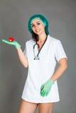 Doktorska kobieta na popielatej tło dziewczyny personelu serca medycynie Zdjęcie Stock